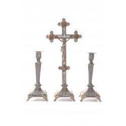 Crucifix met kandelaren