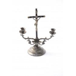 Antieke kandelaar met wijwaterbakje en crucifix